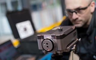 FMC Technologies公司的维修技师Craig Simpson使用XL-80激光校准系统检查机器精度。
